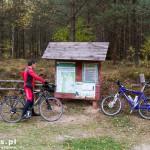 Tablica informacyjna mówi o udostępnieniu terenu dla turystki indywidualnej