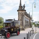 Oldtimer jako reklama Restaurant & Café Heider, która zaprasza już od 1878 roku min. na kawę z własnej palarni. Na zdjęciu widać też pas drogi wytyczony dla rowerów oraz most Glienicke i neobarokowe kolumny