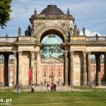 Poczdam – naprzeciw Nowego Pałacu stoi brama triumfalna w kształcie łuku z 158  kolumnami