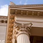 Bogate zdobienia kolumny starego ratusza