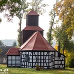 Bronikowo. Kościół posiada dzwonnicę z dzwonem z roku 1770