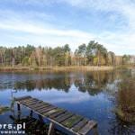 Chwila przerwy nad małym jeziorkiem w lesie