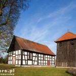 Martew. Drewniany kościół i dzwonnica