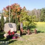 Zawory. Kamień pamiątkowy ku czci Maksymiliana Cygalskiego, obrońcy Poczty Polskiej w Gdańsku oraz Dąb Jana Pawła II
