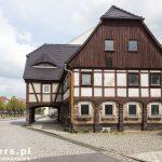 Dom przysłupowy jest budynkiem podzielonym na część mieszkalną i gospodarczą najczęściej o dwóch kondygnacjach i dachu dwuspadowym