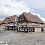 Dom przysłupowy  – zazwyczaj część mieszkalna jest drewniana o konstrukcji zrębowej, zaś część gospodarcza i stajnia oraz sień są murowane