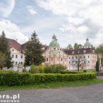 Zabudowania opactwa St. Marienthal składają się z kościoła, budynku klasztornego, kaplicy św. Krzyża, tartaku, młyna i browaru. Ponadto zakonnice posiadają dobra ziemskie, które są w większości dzierżawione