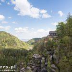 Na ścieżce wokół góry -widok na gospodę i dolinę