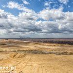 Oprócz pokładów węgla brunatnego występują tu iły i piaski
