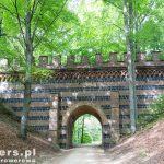 Ceglany wiadukt, który stanowił kiedyś wejście do parku od strony wschodniej