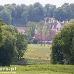 Zamek widziany z punktu widokowego po stronie polskiej. Ta cześć parku nazywana jest Parkiem na Tarasach