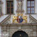 Portyk nad wejściem do starego zamku: przedstawia herb dwóch szlacheckich rodów  Callenberg i Dohna