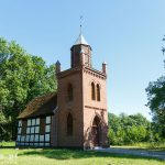 Nowe Warpno – Karszno. Niewielki szachulcowy kościółek pw. Św. Huberta z 1793 r. z późniejszą ceglaną wieżą.