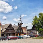 Rakoniewice – rynek z domami podcieniowymi, szachulcowy kościół ewangelicki z 1763 a w nim muzeum pożarnictwa