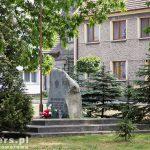 Rostarzewo. Głaz ku czci mieszkańców, którzy zginęli w latach 1939-45