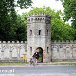 Gościeszyn. Monumentalne założenie pałacowo-parkowe otoczone ozdobnym murem o neogotyckich formach