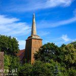 Branimie. Drewniana wieża kamiennego kościoła