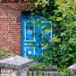 Zatom. Piękne niebiesko-białe drzwi dwuskrzydłowe