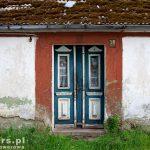 Zatom. Niebiesko-białe drzwi ze szkleniem