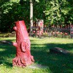Sowiecki cmentarz cywilno – wojskowy.  Są tu 344 mogiły, z których 146 jest niezidentyfikowanych. Cześć nagrobków może świadczyć o tym, że wcześniej był cmentarz niemiecki