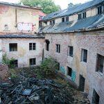 Trapiony pożarami i ogólną dewastacją popada w coraz większą ruinę