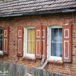Wygon. Stary dom z okiennicami