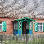 Łasko. Stary dom z gankiem i okiennicami