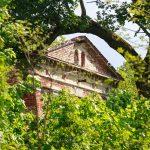 Na skarpie doliny ruiny neorenesansowego pałacu