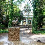 Na placu pocztowym fontanna z sarenką jako symbol Trzcianki. W tle mauzoleum już tylko na zdjęciach