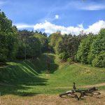 Czarnków – pozostałości skoczni narciarskiej w Parku Staszica. Rekord skoczni 34,5 m