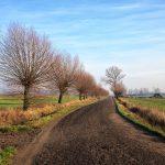 Jak dotąd jedziemy przez drogi polne, szutrowe lub mało uczęszczanymi
