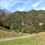 W dole widoczne zabudowania schroniska Capanna Grassi