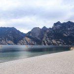 Kamienista plaża nad Jeziorem Garda