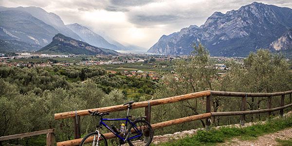 Anello Garda Sarca – zwiedzamy grotę z wodospadem, zamek w Arco i jeziorko Teno