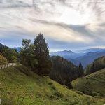 Z przełęczy prowadzi szeroka, widokowa droga z licznymi serpentynami