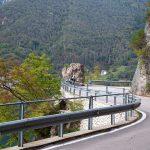 Kręta droga nad jeziorem Ledro