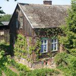 Piękny stary dom na kamiennej podmurówce