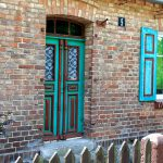 Przeborowo – naszą uwagę zwróciły kolorowe okiennice i drewniane drzwi