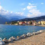Widok na Torbole i jezioro Garda. Za budynkami szczyt Monte Brione