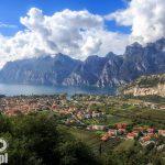 Widok na Torbole, ujście rzeki Sarca do Jeziora Garda. Za górami ukrywa się jezioro Ledro