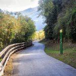 Droga rowerowa wzdłuż Jeziora Loppio