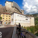 Rzeka Leno a powyżej zamek Castello di Rovereto w ciągłym remoncie