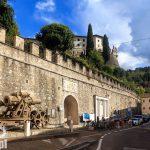 Mur okalający zamek Castello di Rovereto lub Castel Veneto. Przy murze stoi moździerz 30,5-cm-M.11  z okresu I wojny światowej. Obecnie na zamku znajduje się Włoskie Historyczne Muzeum Wojny