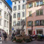 """Fontanna Neptuna z 1736 r na Piazza Cesare Battisti  zwanym też Piazza delle Oche, na fasadzie kamienicy Lennar  Madonna zwana """"della Stella"""" w stiukowej ramie."""