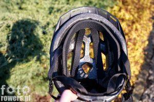 Kask został wyścielony dość dużą wkładką wokół głowy oraz dwiema wkładkami na konstrukcji nośnej